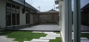 ウッドデッキで心地よい中庭を作る(前編)