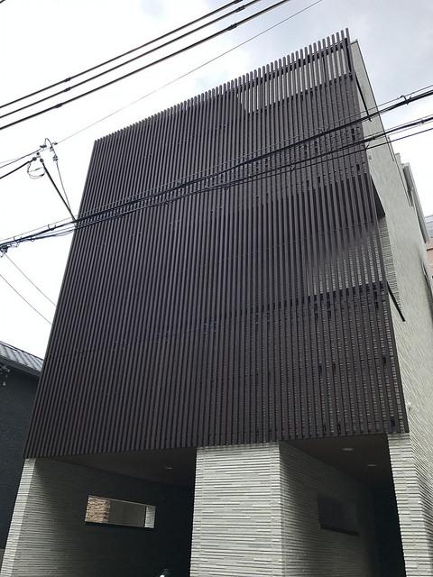 住宅密集地の彩木ストライプスクリーン