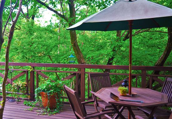庭にウッドデッキを付けよう!材質の選び方や設置時のポイントとは?