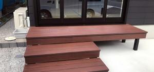 階段のような小さな彩木ウッドデッキ