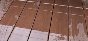 ウッドデッキに樹脂木材を使うメリットや特徴は?天然木材と比較