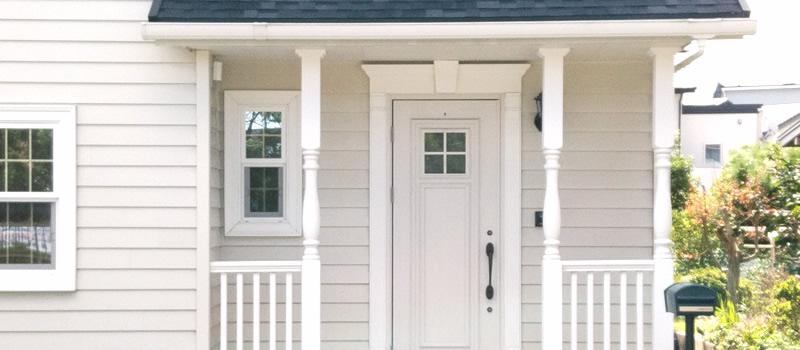 玄関へ設置できるウッドデッキのパターンと設置費用について解説