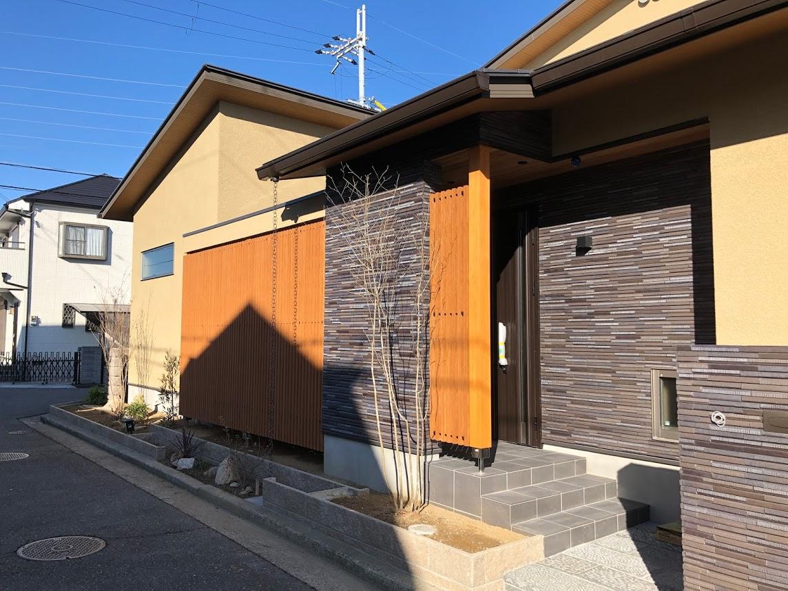 玄関を飾る彩木ストライプスクリーン事例02