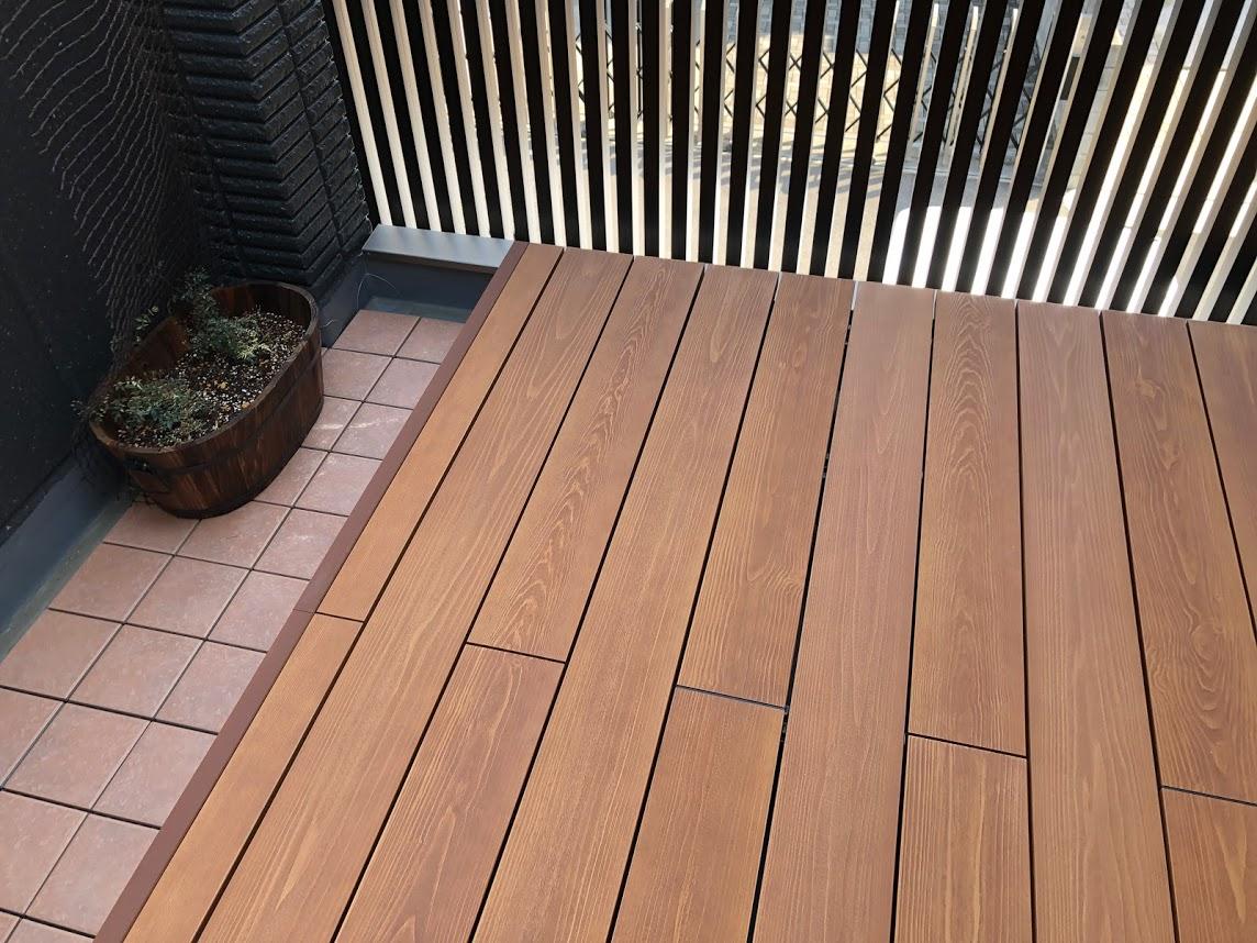 中庭の彩木ウッドデッキで<br>屋内の連動性を上げる(その01)