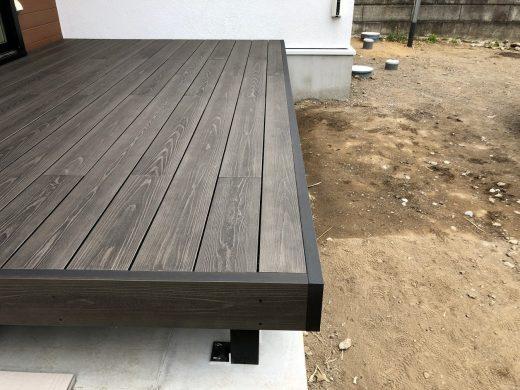 土台の水切りにもピッタリと施工可能な<br>彩木ウッドデッキ