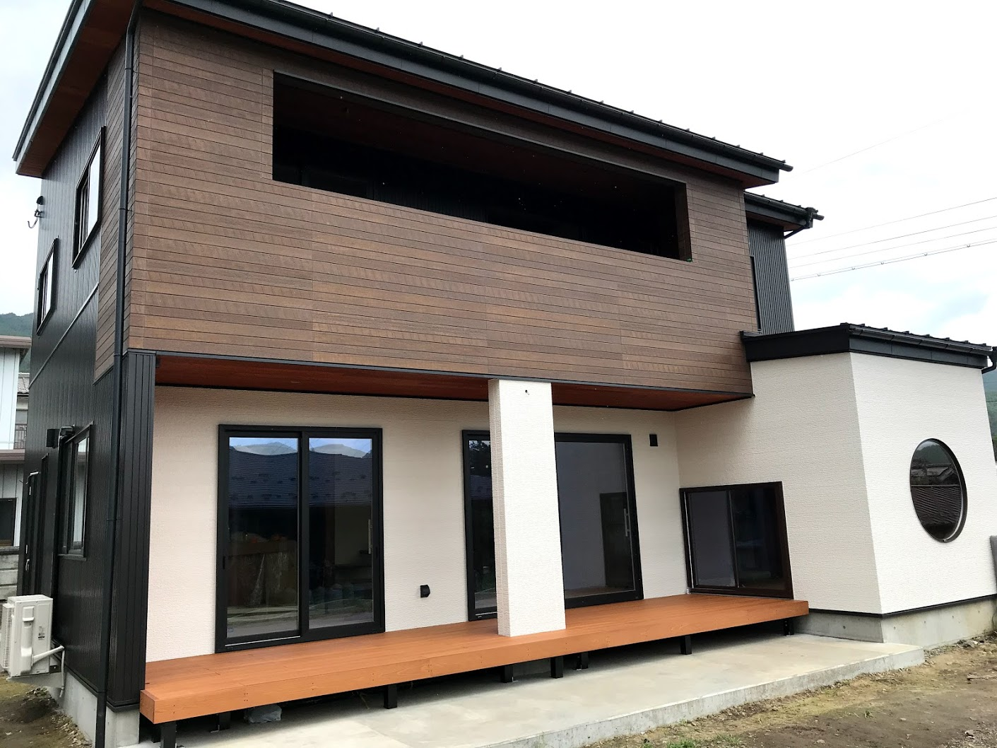 さまざまな建材と色に囲まれた<br>彩木ウッドデッキ事例(その01)